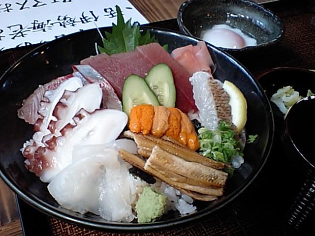 お昼は海鮮丼!